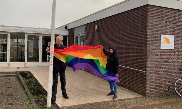 regenboogvlag in top bij kerk Uithoorn